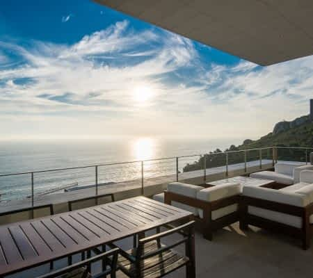 Wonderful Tanzanite holiday villa on Nettleton Road for the rich and famous. 5 - star holiday experience in Cape Town with all extras.